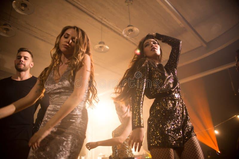 Het genieten van van Nacht op Dance Floor royalty-vrije stock foto