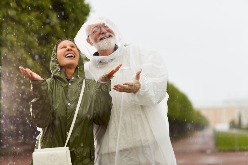 Het genieten van van regenval stock afbeeldingen
