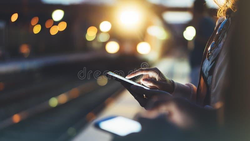 Het genieten van van reis Jonge vrouw die op postplatform wachten op lichte elektrische bewegende trein die als achtergrond slimm royalty-vrije stock fotografie