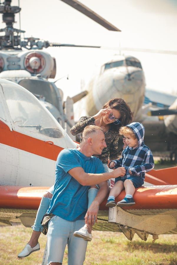Het genieten van het reizen door de lucht Gelukkige familievakantie Familiepaar met zoon op vakantiereis Vrouw en man met jongen royalty-vrije stock foto's