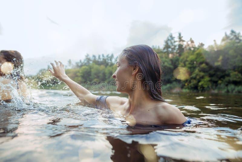 Het genieten van rivier van partij met vrienden Groep mooie gelukkige jongeren bij de rivier samen royalty-vrije stock afbeeldingen