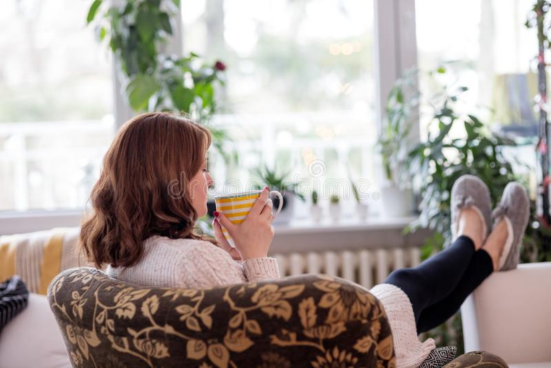 Het genieten van van thee door het venster royalty-vrije stock fotografie