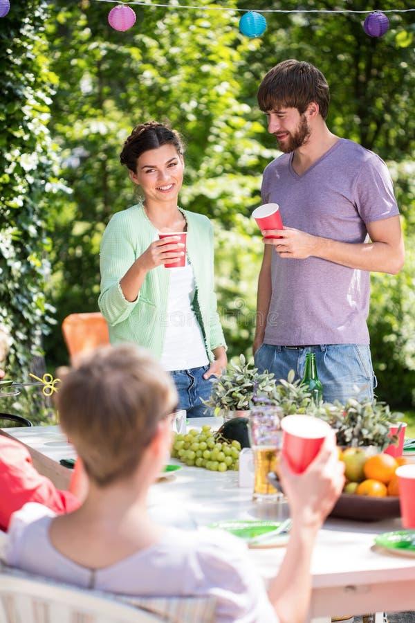 Het genieten van tuin van barbecue met vrienden royalty-vrije stock fotografie
