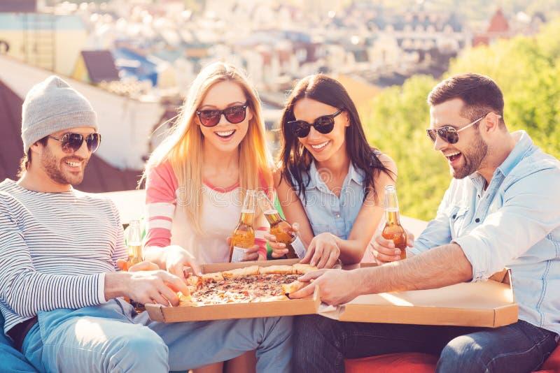 Het genieten van van pizza met vrienden royalty-vrije stock foto