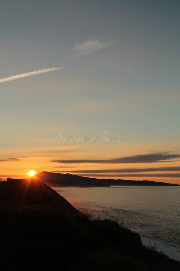 het genieten van van prachtige zonsondergang op Atlantische kust op de richel in verticale mening royalty-vrije stock afbeelding