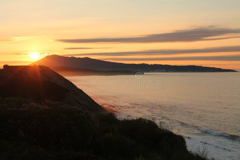 Het genieten van van vakantie in prachtige zonsondergang op Atlantische kust op de richel in verticale mening royalty-vrije stock foto