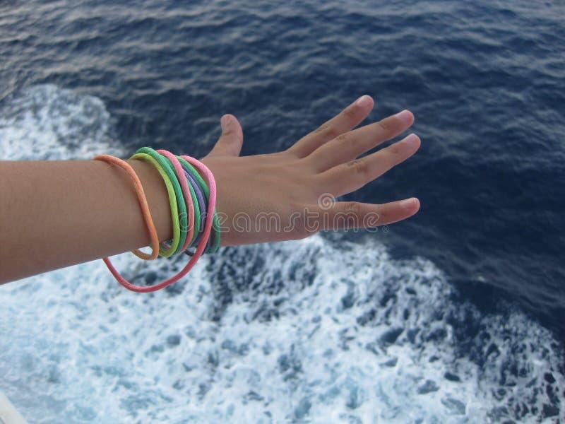 Het genieten van het van zeebries op een ontspannende cruise stock afbeeldingen