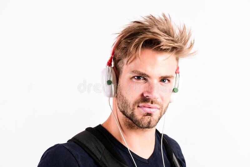Het genieten van van zijn favoriete muziek de sexy spiermens luistert audio mens in oortelefoons die op wit wordt geïsoleerd E Bo royalty-vrije stock afbeelding