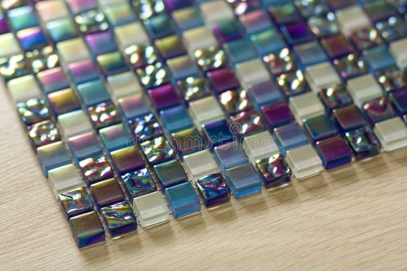 Het geometrische blauwe, purpere en groene patroon van mozaïektegels De achtergrond van de behangtextuur Reepjestegels voor bouw  royalty-vrije stock afbeeldingen