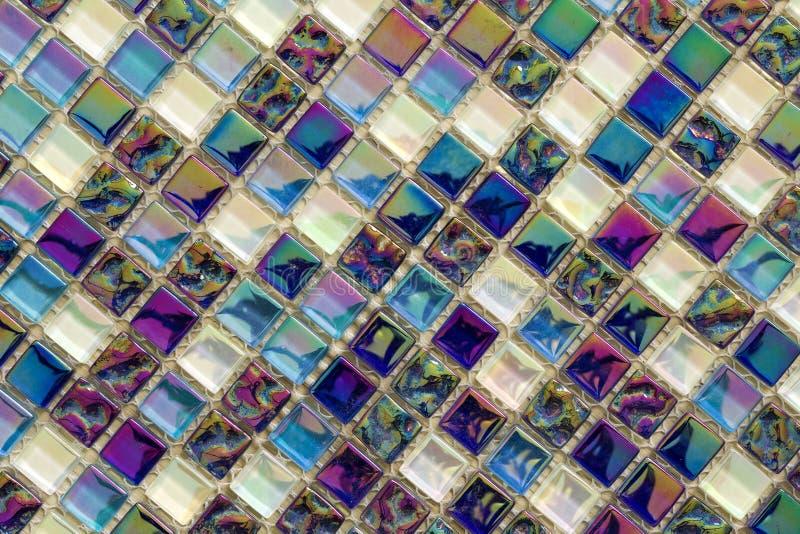 Het geometrische blauwe, purpere en groene patroon van mozaïektegels De achtergrond van de behangtextuur Reepjestegels voor bouw  stock foto's