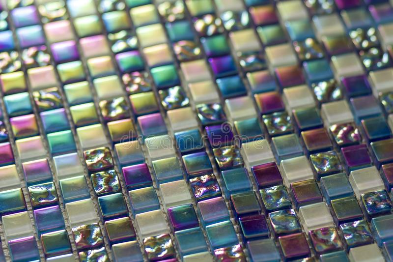 Het geometrische blauwe, purpere en groene patroon van mozaïektegels De achtergrond van de behangtextuur Reepjestegels voor bouw  stock fotografie