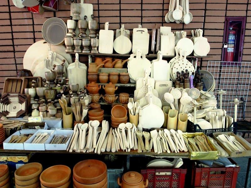 Het Georgische aardewerk en de houten producten worden verkocht in minimarkt stock afbeeldingen
