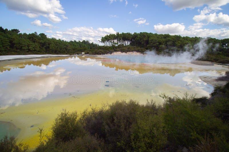 Het geothermische gebied geeft een palet met kleuren bij glanzend en het warme water stock foto's