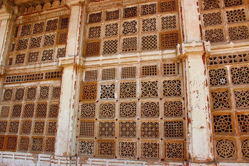 Het geperforeerde steenwerk bij de buitenkanten van Sarkhej Roza, Makarba, Ahmedabad, Gujarat royalty-vrije stock afbeelding
