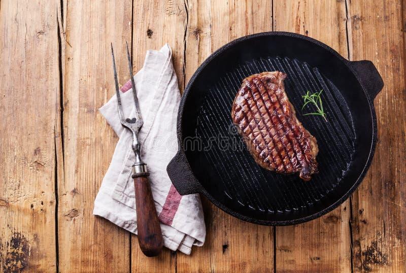 Het geroosterde lapje vlees van New York op grillpan stock fotografie