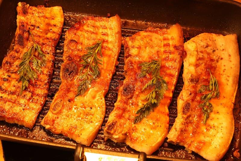 Het geroosterde varkensvleeslapje vlees of bbq van Korea bacon van de varkensvleesbuik op de grill horizontale macro royalty-vrije stock afbeelding
