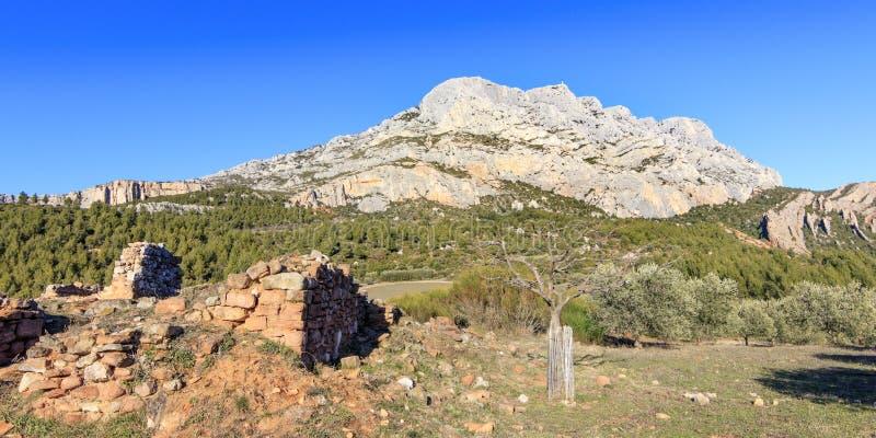 Het geruïneerde dichtbijgelegen huis zet Sainte Victoire op stock foto