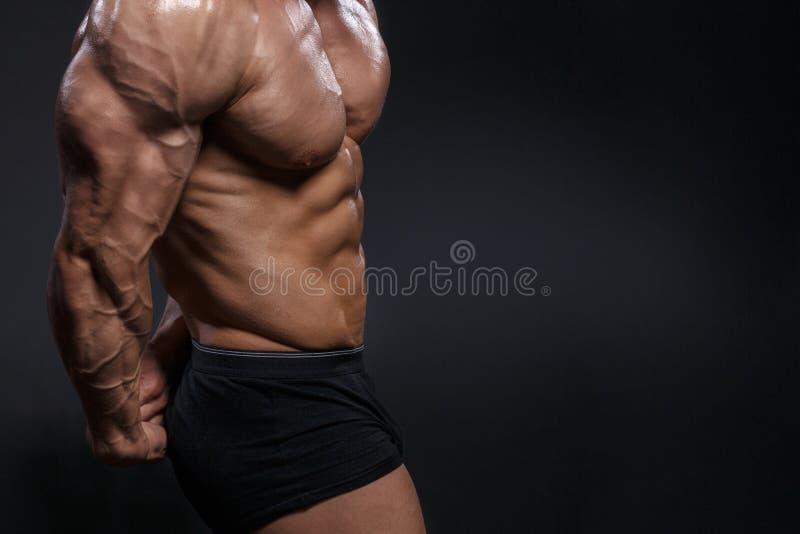 Het geschikte jonge bodybuildergeschiktheid mannelijke model stellen royalty-vrije stock foto's