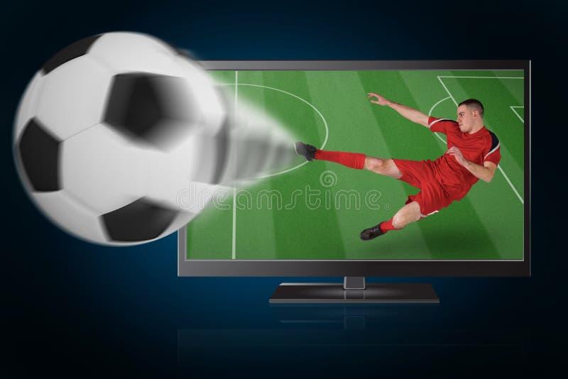 Het geschikte voetbalster spelen en het schoppen bal uit TV royalty-vrije stock afbeelding