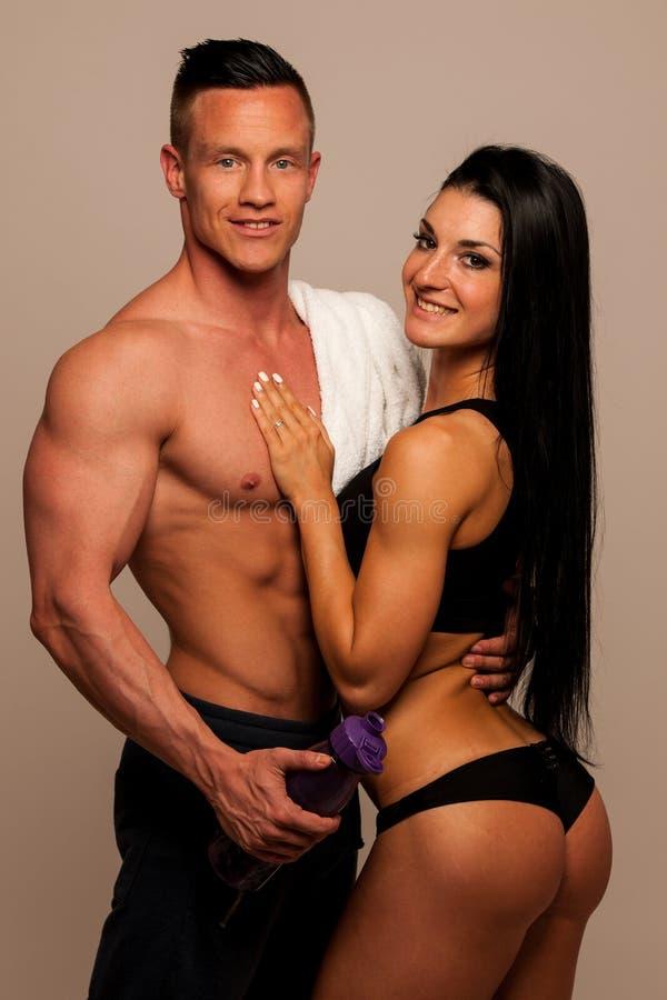 Het geschiktheidspaar stelt in studio - geschikte man en vrouw royalty-vrije stock foto