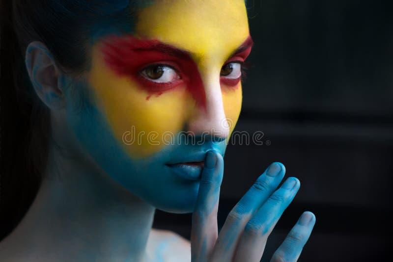 Het geschilderde mooie artistieke vrouwengezicht, maakt omhoog, lichaam en gezicht AR stock foto's