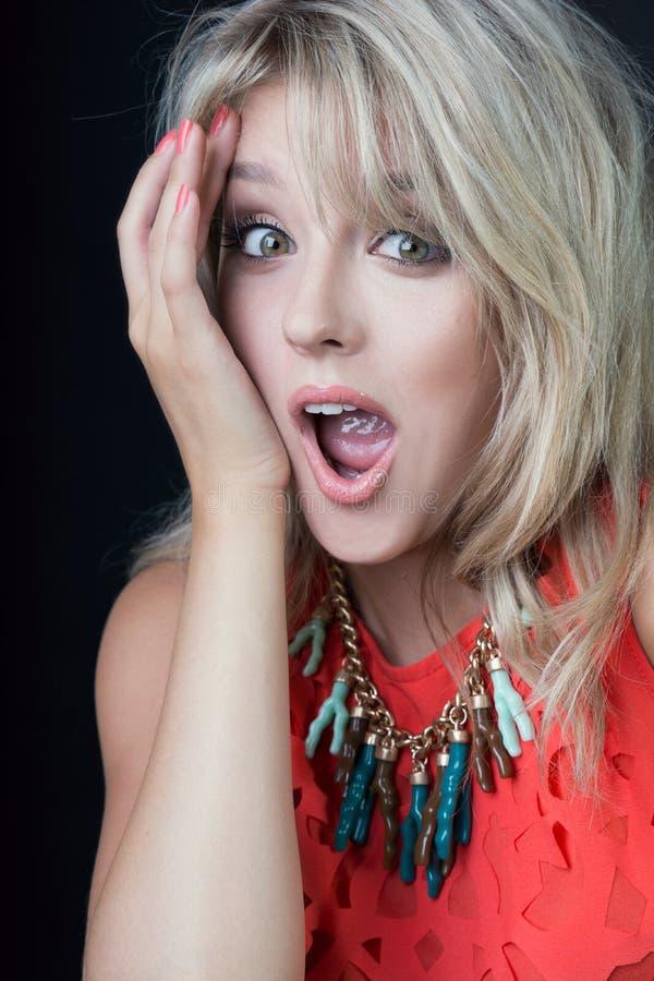 Het geschokte Jonge sexy blondevrouw stellen in studio stock afbeelding