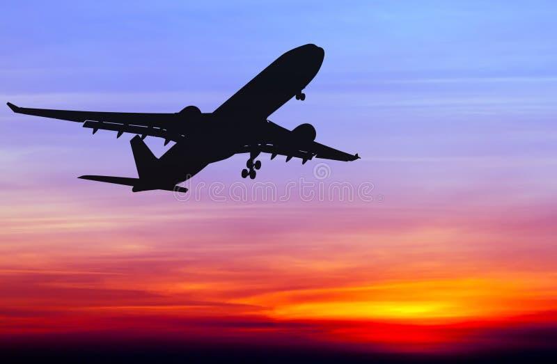 Het gesilhouetteerde commerciële vliegtuig vliegen royalty-vrije stock fotografie