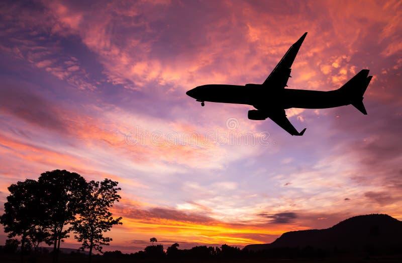 Het gesilhouetteerde commerciële vliegtuig vliegen royalty-vrije stock foto