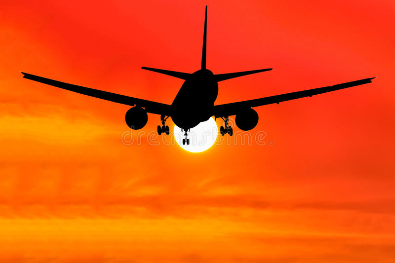 Het gesilhouetteerde commerciële vliegtuig vliegen royalty-vrije stock afbeelding