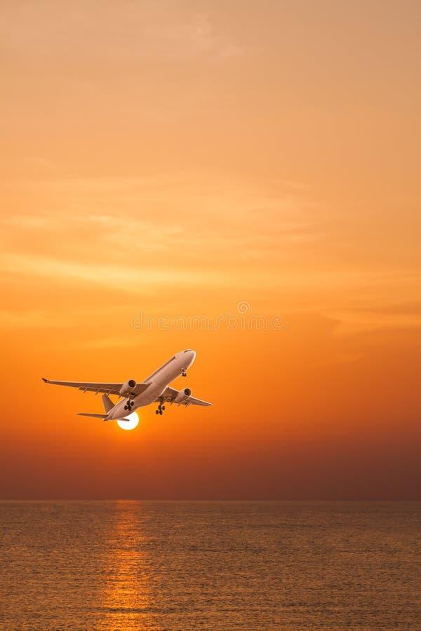 Het gesilhouetteerde commerciële vliegtuig vliegen stock afbeelding
