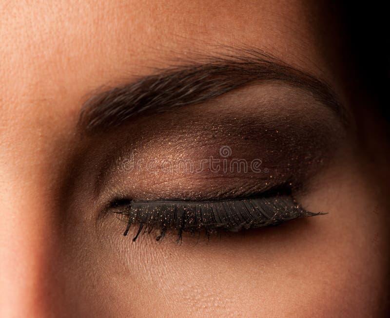 Het gesloten oog met artistiek maakt omhoog ooglid, oogschaduw stock foto