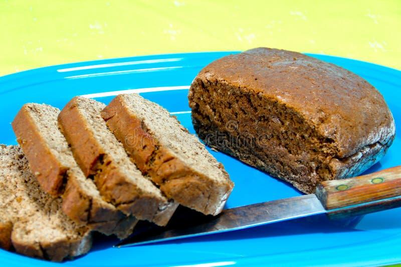 Download Het Gesneden Brood Van De Rogge Op Een Blauwe Schotel Stock Foto - Afbeelding bestaande uit plakken, voedsel: 29512500