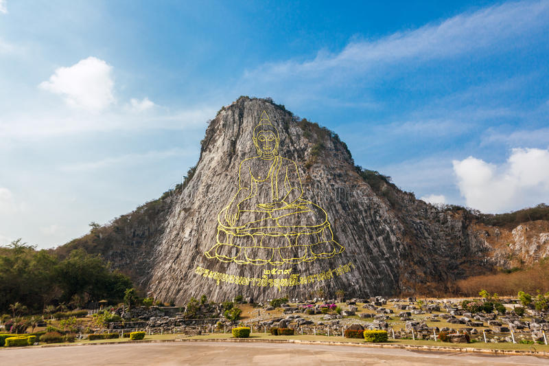 Het gesneden gouden beeld van Boedha op de klip in Khao Chee Jan, Pattaya, Thailand royalty-vrije stock afbeeldingen