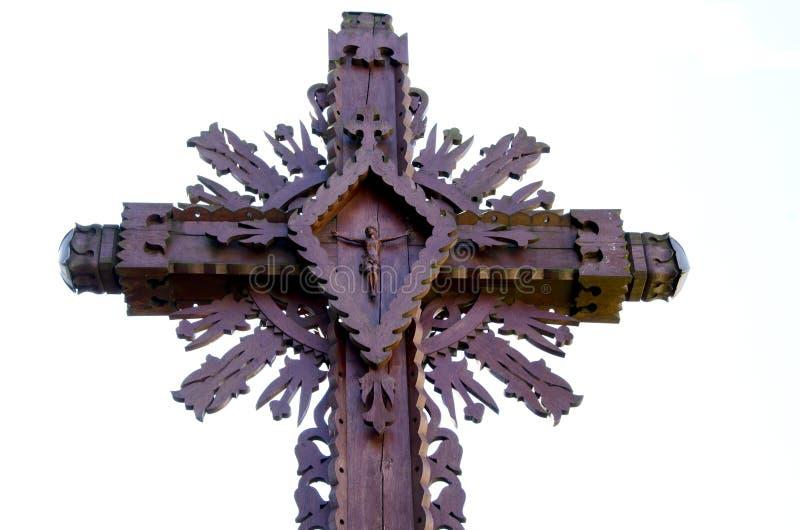 Het gesneden houten kruis met gekruisigde Jesus isoleerde stock fotografie