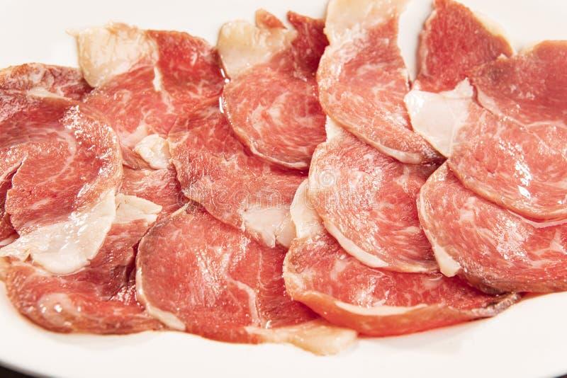 Het gesneden rundvlees schikt op duidelijke plaat royalty-vrije stock afbeelding