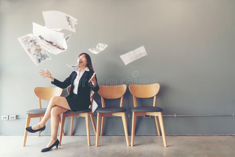 Het Gesprek van de baan Aziatische vrouwen die een bos van documenten werpen die het eind van baangesprek vieren royalty-vrije stock afbeelding