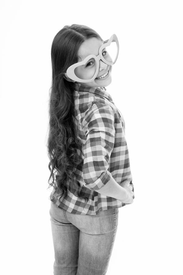 Het gestalte gegeven de oogglazen van het jong geitjemeisje hart vrolijk stellen Meisjes krullend kapsel aanbiddelijk het glimlac stock fotografie