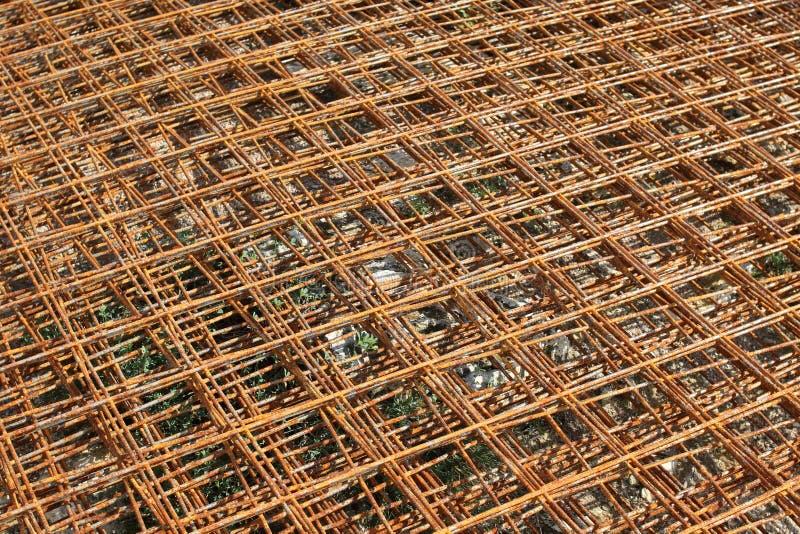 Het gestapelde roestige netwerk van de staaldraad voor het plak concrete werk bij de bouwwerf stock foto's