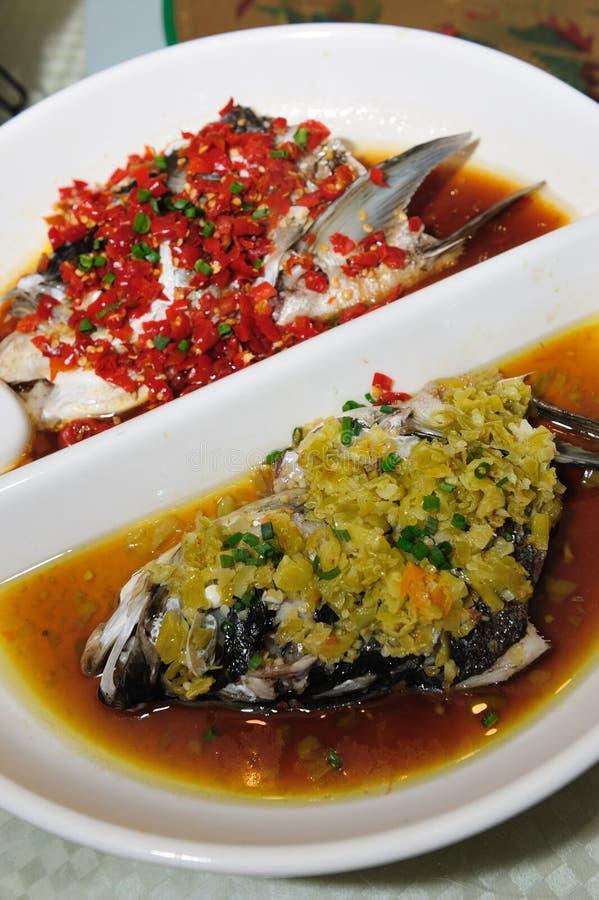 Het gestoomde hoofd van Vissen met gedobbelde hete Spaanse pepers royalty-vrije stock foto