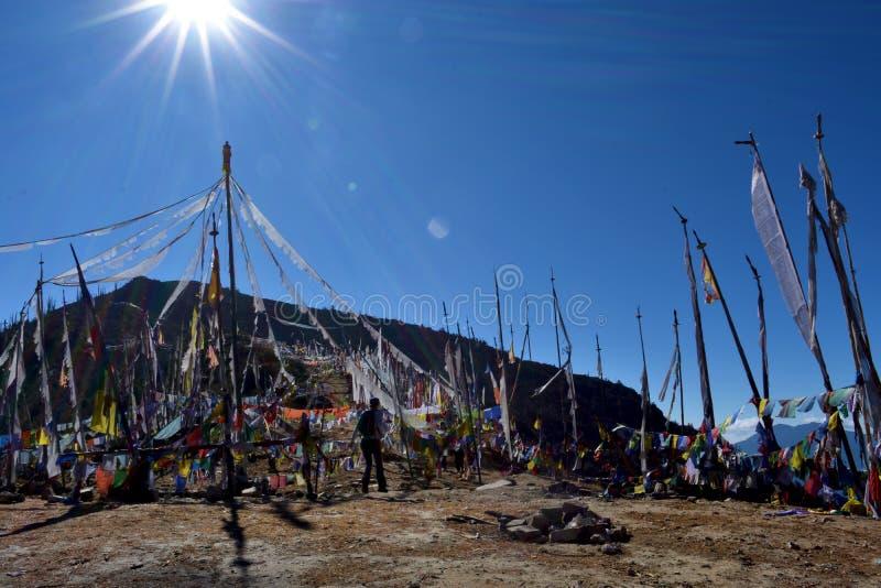 Het getuigen van zonsopgang bij 4000 meters bij de hoogste pas van Bhutan, Chele-La stock fotografie