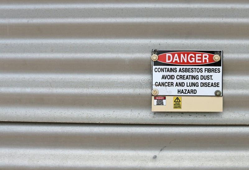 Het gevaar, bevat Asbestwaarschuwingsbord stock foto