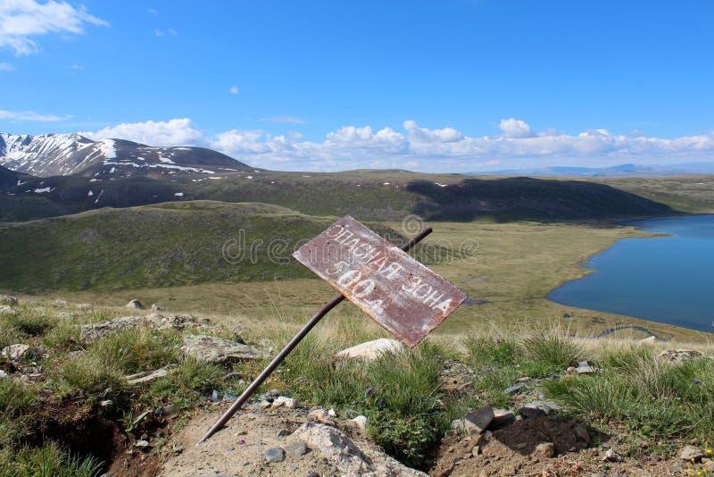 Het gevaar bij de bergen van Altay stock fotografie