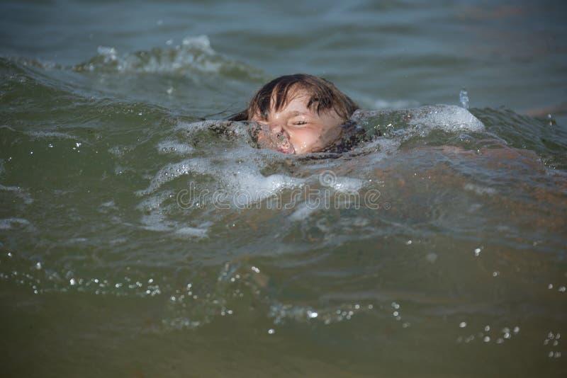 Het gevaar dat het kind onder water zonder supervisie van een volwassene speelt royalty-vrije stock afbeelding