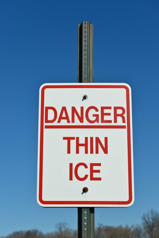 Het gevaar verdunt ijs stock foto's