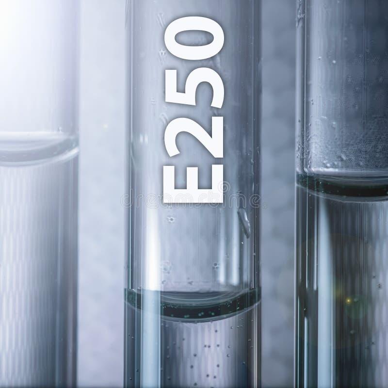 Het gevaarlijke nitriet van het additief voor levensmiddelennatrium E250 in een medische reageerbuis stock afbeeldingen