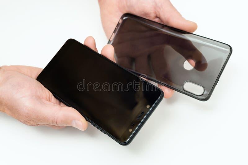 Het geval van Smartphone en van het silicone in menselijke handen stock afbeeldingen