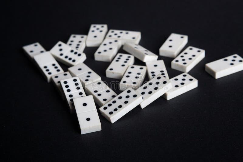 Het gevallen domino'ssneeuwbaleffect verliest ontbreekt concepten zwarte achtergrond royalty-vrije stock foto