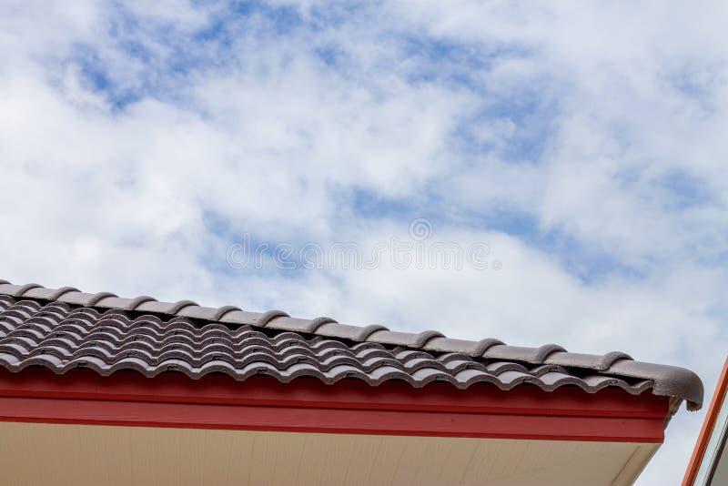Het geveltopdak met de hemel met wolkenachtergrond royalty-vrije stock afbeelding
