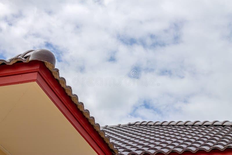 Het geveltopdak met de hemel met wolkenachtergrond stock foto