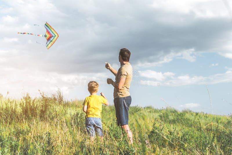 Het geven vader het spelen met zijn kind in openlucht royalty-vrije stock fotografie
